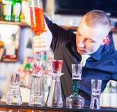 Camarero que hace bebidas del cóctel Fotografía de archivo libre de regalías