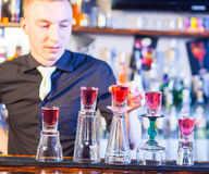 Camarero que hace bebidas del cóctel Imagen de archivo libre de regalías