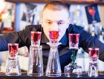 Camarero que hace bebidas del cóctel Imágenes de archivo libres de regalías