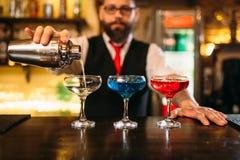 Camarero que hace las bebidas del alcohol en club nocturno foto de archivo libre de regalías