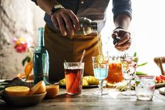 Camarero que mezcla los cócteles coloridos imagen de archivo libre de regalías