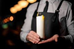 Camarero que sirve un cóctel blanco amargo del verano con un ánimo de limón imagenes de archivo
