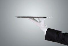 Camarero que sostiene la bandeja de plata vacía fotografía de archivo libre de regalías