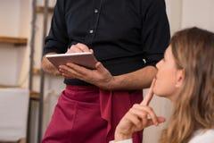 Camarero que toma orden en el restaurante fotografía de archivo libre de regalías