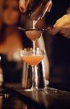 Camarero con el vino de colada de la coctelera Imagen de archivo libre de regalías