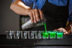 Camarero que vierte alcohol duro fotos de archivo libres de regalías