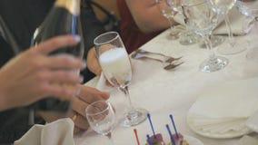 Camarero que vierte el vidrio de vino espumoso dentro almacen de video