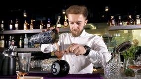 Camarero que vierte un cóctel mezclado en un vidrio 8Ball metrajes