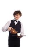Camarero sonriente con la tetera de cerámica marrón Fotos de archivo