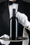 Camarero With Wine Bottle en la bandeja Imágenes de archivo libres de regalías