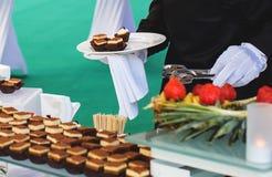 Camarero y comida fría fotos de archivo libres de regalías
