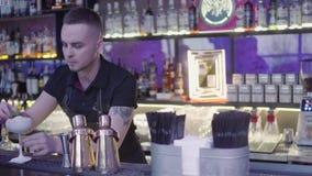 Camareros en el mixixng de la barra con los cubos de hielo largos de la cuchara en el vidrio Party el tiempo almacen de metraje de vídeo
