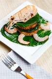 Camarón en una tostada con las verduras Imagenes de archivo