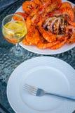 Camarones asados a la parrilla frescos, pulpo en el plato y vidrio de vino blanco imágenes de archivo libres de regalías