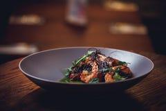 Camarones cocinados, gambas con los condimentos en el fondo de piedra Camarón frito con romero en un sartén repartido en una tabl fotos de archivo