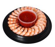 Camarones con la salsa de cóctel en la placa aislada Fotografía de archivo libre de regalías