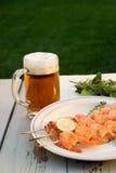 Camarones y cerveza asados a la parilla afuera Foto de archivo libre de regalías