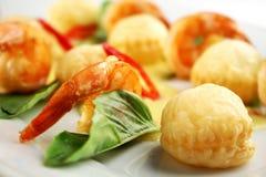 Camarones y conchas de peregrino asados a la parrilla Foto de archivo