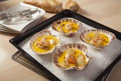 Camarones y conchas de peregrino en salsa del azafrán Foto de archivo libre de regalías