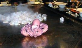 Camarones y pulpo que cocinan en parrilla de la plancha imagen de archivo libre de regalías
