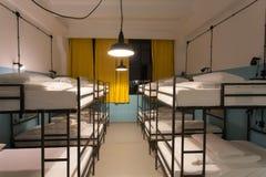 Camas de dos niveles dentro del sitio del dormitorio para los estudiantes Foto de archivo