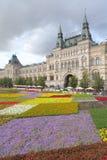 Camas de flor contra el edificio de la alameda de la GOMA en Moscú. Fotografía de archivo libre de regalías