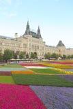 Camas de flor contra el edificio de la alameda de la GOMA en Moscú. Foto de archivo