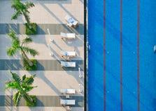 Camas de la piscina y de Sun Imagen de archivo