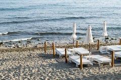 Camas de la playa en la playa Fotos de archivo