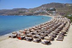 Camas de la playa y del lujo de Mykonos Imagen de archivo libre de regalías