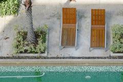 Camas de madeira para descansar na borda da piscina imagens de stock royalty free
