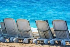 Camas de Sun en la playa de Manavgat, Turquía Imagenes de archivo