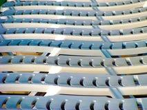 Camas de Sun en la playa en el sol imagenes de archivo