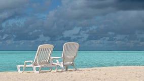 Camas de Sun en la playa en el océano Imágenes de archivo libres de regalías