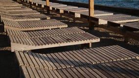 Camas de Sun en la playa por la tarde almacen de video