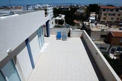Camas de Sun en tejados en Nicosia Imágenes de archivo libres de regalías