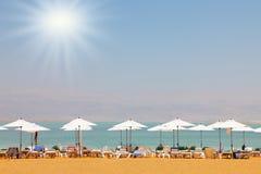 Camas de Sun no mar inoperante Foto de Stock Royalty Free