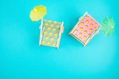 Camas de Sun y accesorios del partido Vacaciones de verano en el concepto del lado de mar Imágenes de archivo libres de regalías