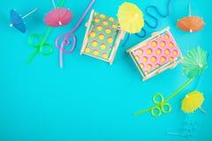 Camas de Sun y accesorios del partido Vacaciones de verano en el concepto del lado de mar Fotos de archivo libres de regalías