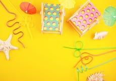 Camas de Sun y accesorios del partido Vacaciones de verano en el concepto del lado de mar Fotos de archivo