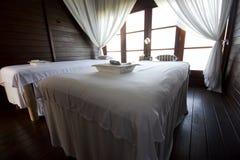 Camas del masaje en chalet de lujo imagen de archivo