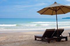 Camas do guarda-chuva e da praia no mar fotos de stock royalty free