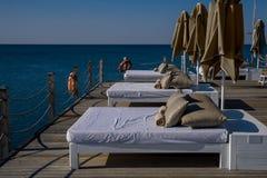 Camas e guarda-chuvas confortáveis do sol fotografia de stock royalty free
