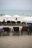 Camas e guarda-chuvas de Sun fotografia de stock