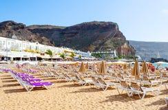 Camas e guarda-chuvas de Sun na praia Praias de Gran Canaria spain Abrandamento fotos de stock