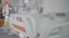 Camas funcionais e dispositivos médicos na unidade de cuidados intensivos moderna filme