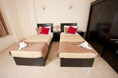 Camas gemelas en un dormitorio Fotos de archivo