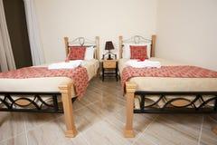 Camas gemelas en un dormitorio Imagen de archivo