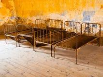 Camas oxidadas viejas en sitio abandonado Imagenes de archivo