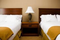 Camas, tabela & lâmpada - horizontais. Fotos de Stock